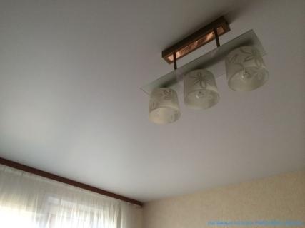 Спокойный сатиновый потолок