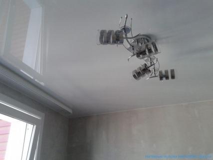 Глянцевый потолок днем