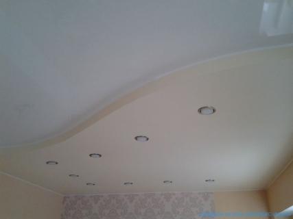 Спокойные тона сатинового потолка