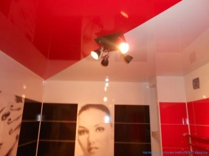 Стильный потолок в ванной