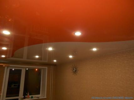 Комбинирование потолка оранжевым
