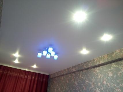 Оформление потолка светильниками и люстрой