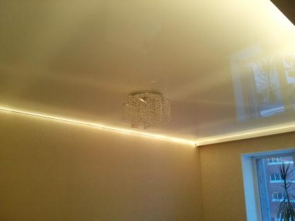 Классический потолок с подсветкой по периметру