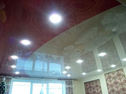 Большая гостинная с комбинированным потолком
