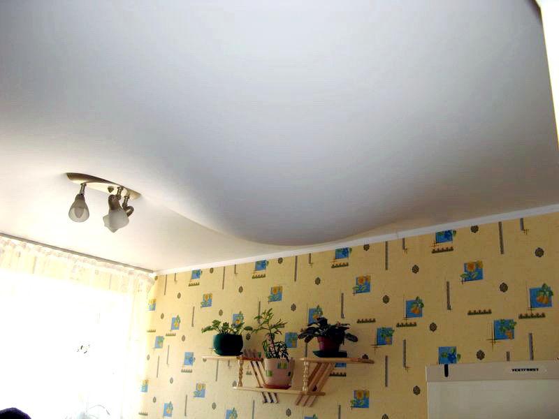 натяжной потолок держит воду
