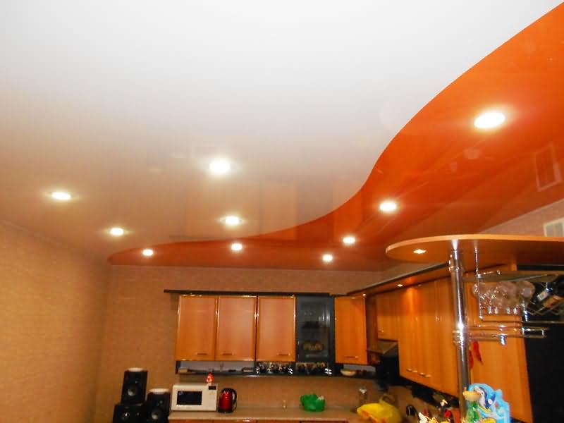 Комбинированный натяжной потолок на кухне со встроенными светильниками