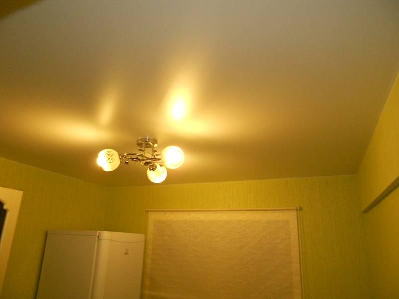 сатиновые натяжные потолки отражают рассеяный свет