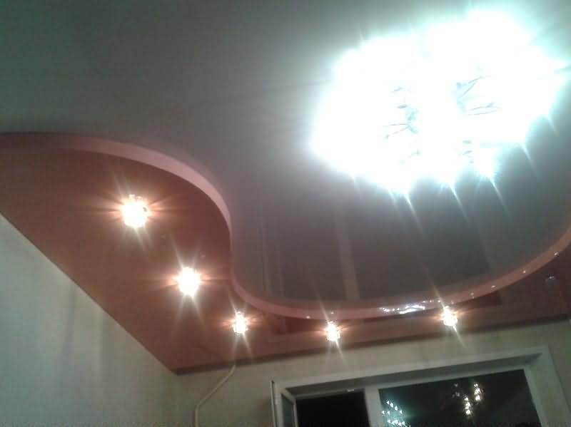 Натяжной потолок в два уровня и встроенной нишей для штор