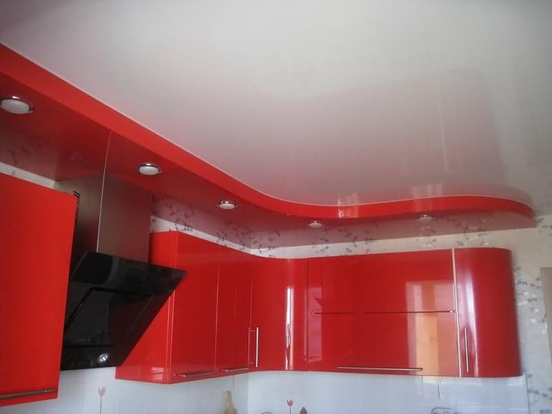 Натяжной потолок на кухне в два уровня белый глянцевый и красный цвета