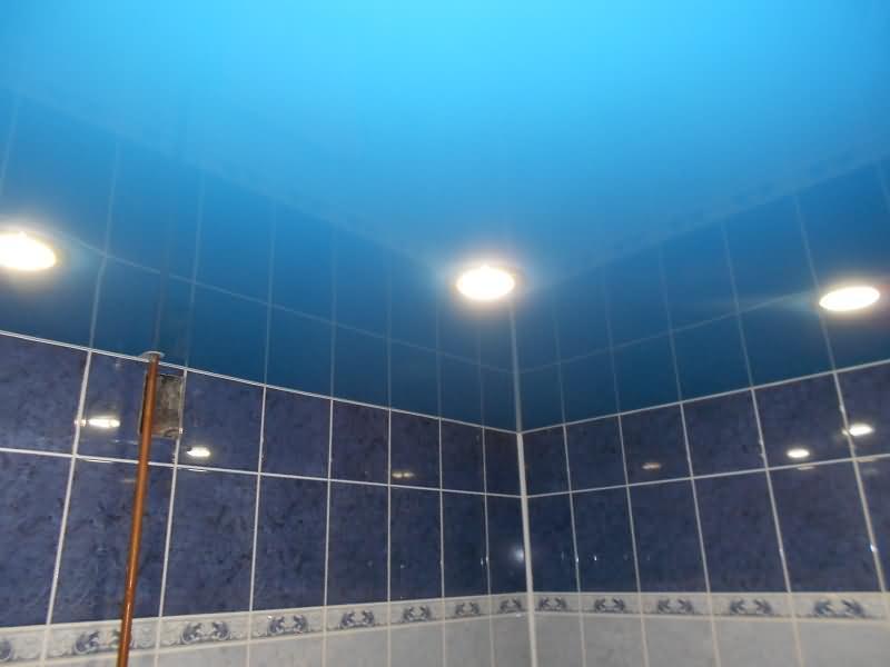 синий цветной натяжной потолок в сан узле