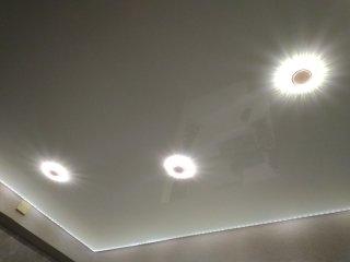 внутренняя диодная подсветка натяжного потолка и  двухцветные светильники