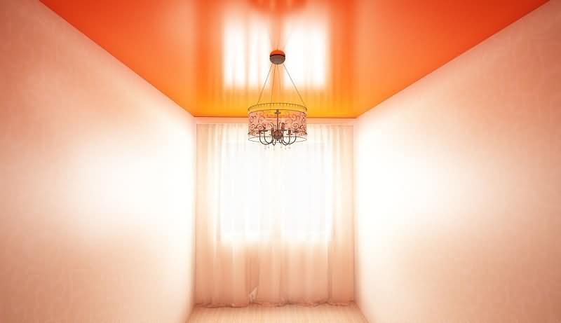 Цветной натяжной потолок оранжевого цвета с люстрой