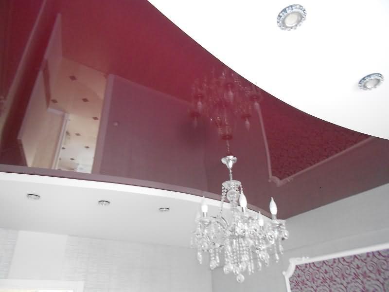 Потолок в два уровня  с люстрой и светильниками