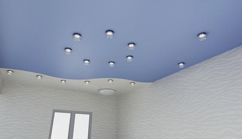 Цветные натяжные потолки со спайкой цветов и встроенным освещением