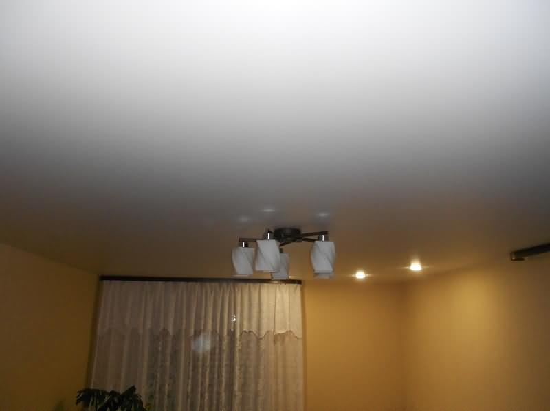 Белый сатиновый натяжной потолок в спальной комнате