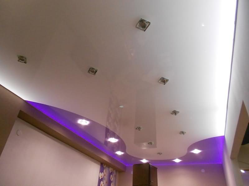 Комбинированный натяжной потолок в зале белый глянцевый и сиреневый цвета со встроенными светильниками