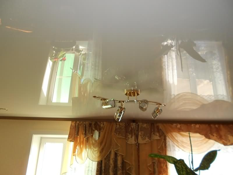 Белый глянцевый натяжной потолок в гостиной комнате
