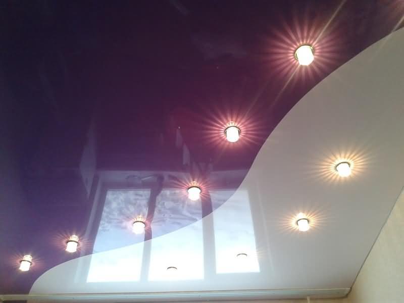 Двухцветный натяжной потолок бордового и белого глянцевого цвета
