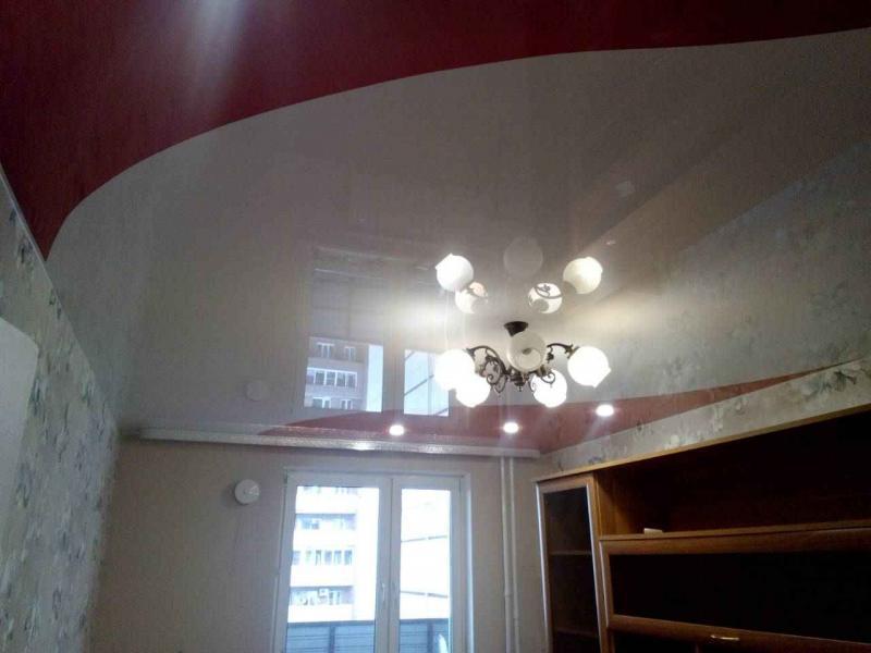 Трехцветный натяжной потолок с зеркальным комбинированием в зале