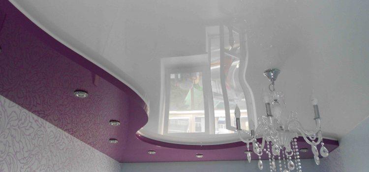 Натяжной потолок в два уровня с люстрой