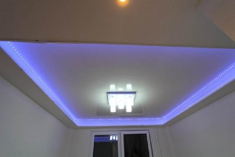 натяжной потолок с диодной подсветкой по периметру голубого цвета
