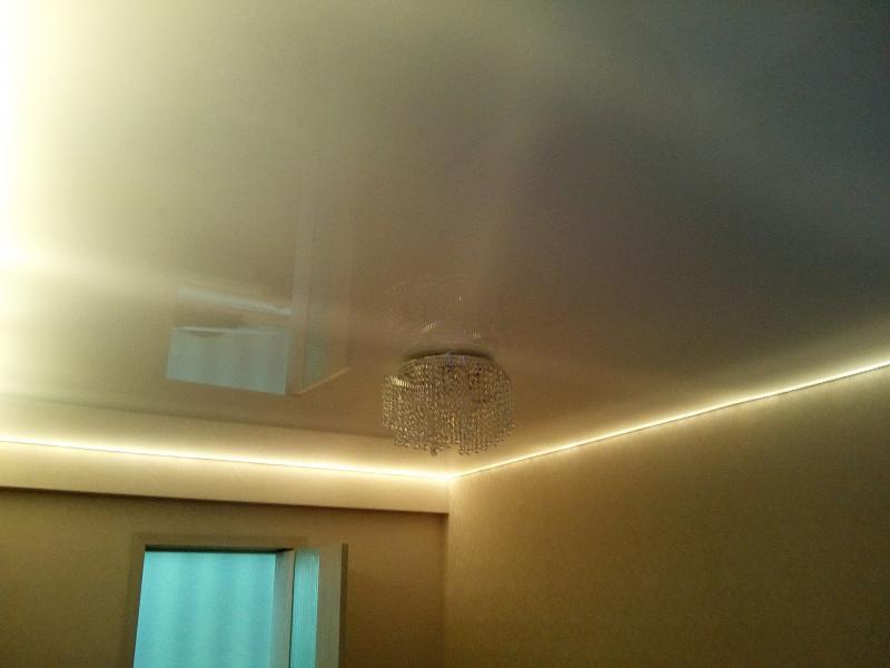 Подсветка натяжного потолка в зале