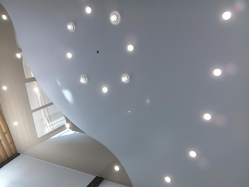 комбинирование натяжных потолков
